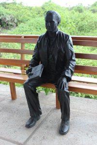 Charles Darwin Statue auf Santa Cruz, Galapagos-Inseln