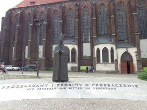Denkmal von Bolesław Kominek vor dem Breslauer Dom.