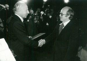"""Die Redaktion der """"epd-Entwicklungspolitik"""" um Kai Friedrich Schade wurde mehrmals mit dem Journalistenpreis Entwicklungspolitik ausgezeichnet, hier erstmals 1976 durch Bundespräsident Walter Scheel."""