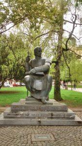 Drev, Denkmal für Anton Martin Slomšek gegenüber der Domkirche St. Johannes der Täufer in Maribor, Bronze, 1991.